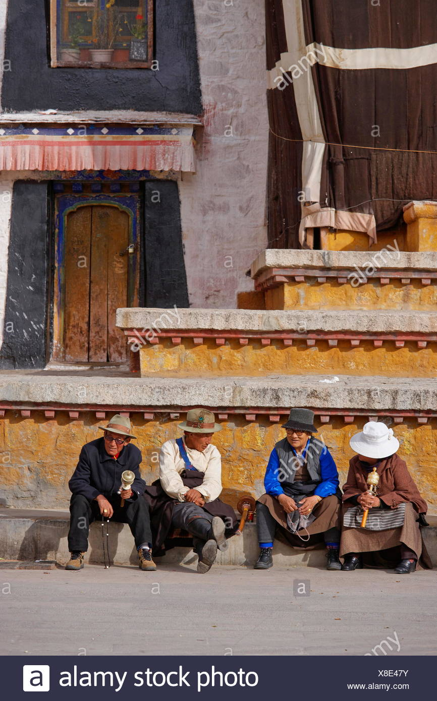 geography / travel, Tibet, Pilgrims sitting in front of the Jokhang temple, Lhassa, Additional-Rights-Clearance-Info-Not-Available - Stock Image