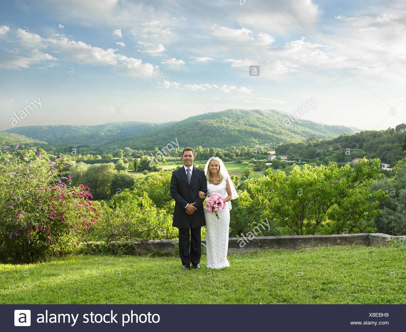 Wedding couple in sunlit garden - Stock Image