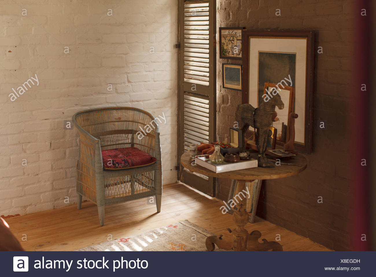 Side table and decorations in rustic bedroom - Stock Image