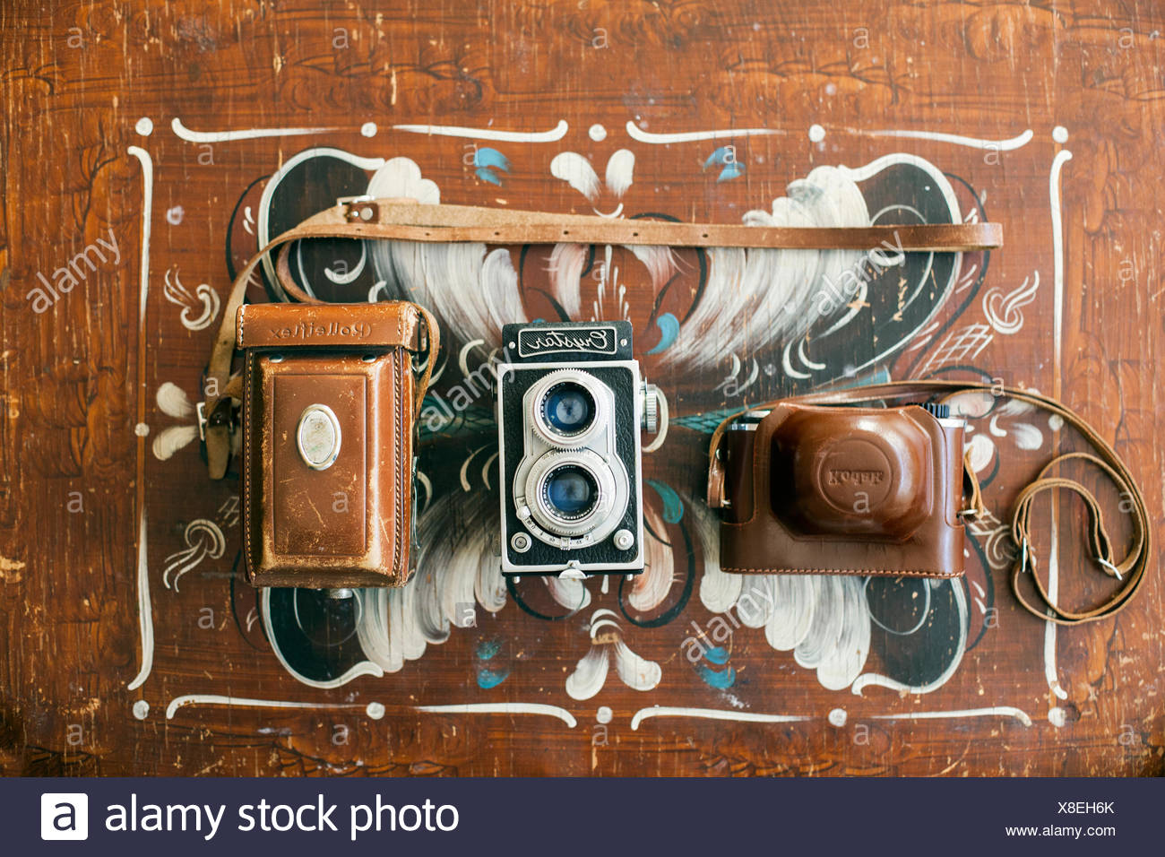 Directly above shot of antique cameras on wooden table - Stock Image