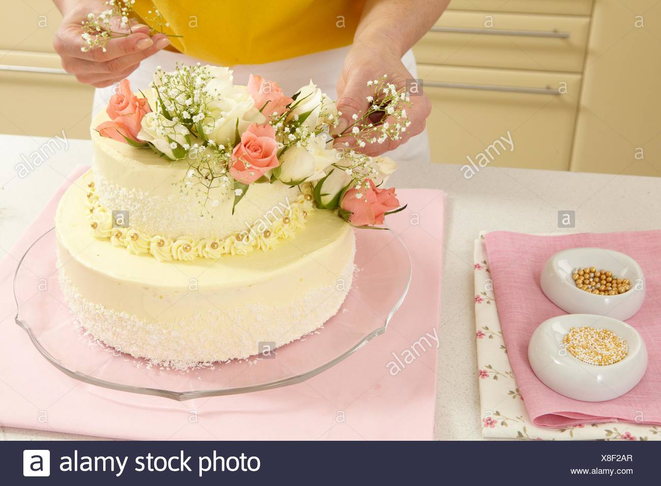 Two-Layer Wedding Cake (step by step Stock Photo: 280614287 - Alamy