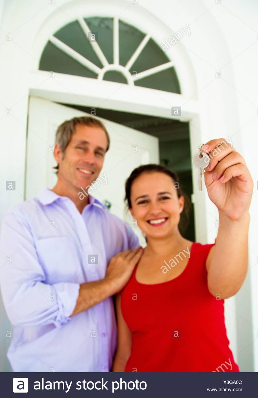 Couple hold up house key - Stock Image