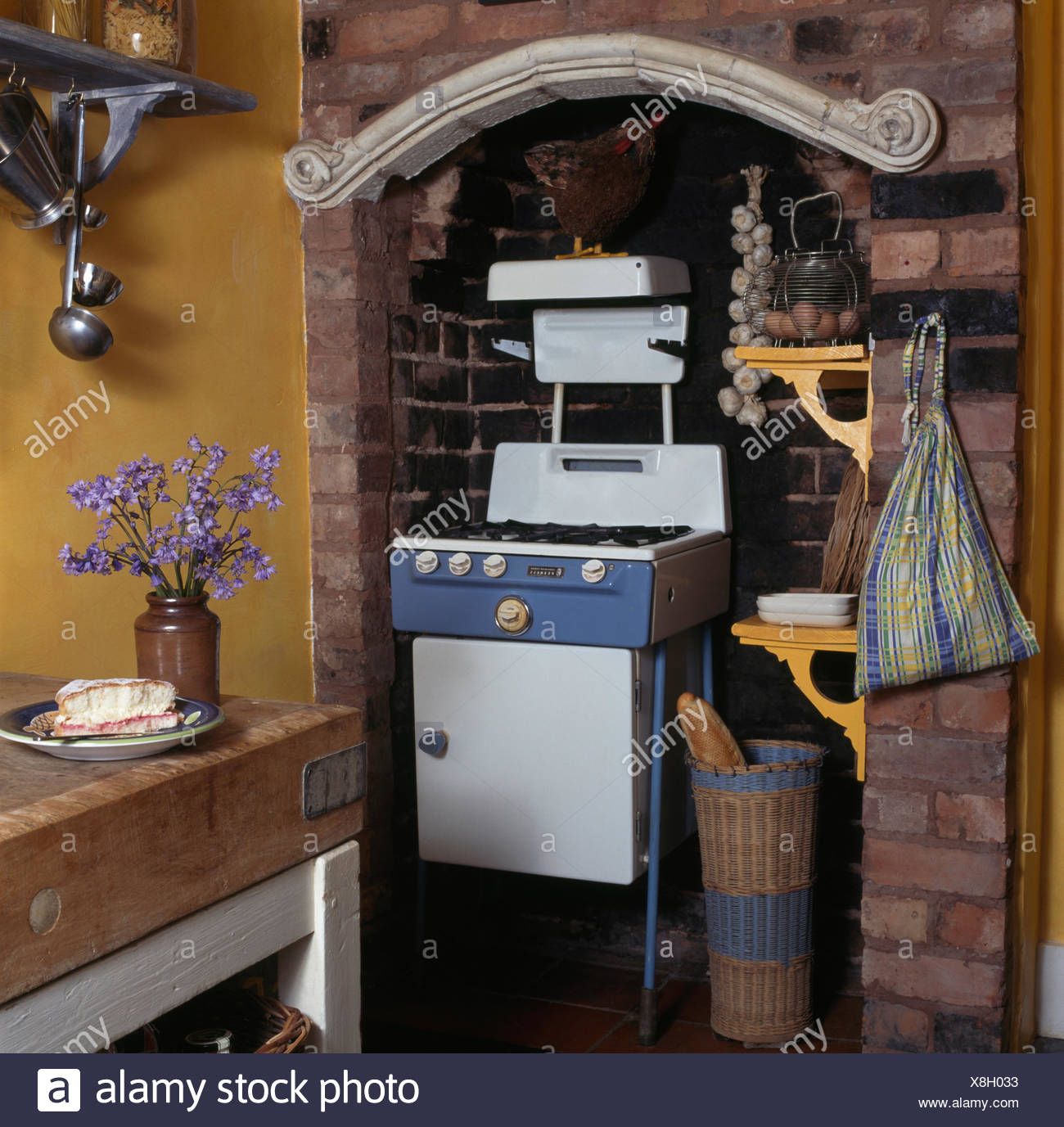 Fifties gas stove in an alcove in a nineties kitchen - Stock Image