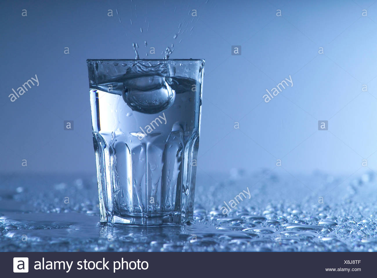 sauberes Wasser im Glas - Glass of clean Water - Stock Image