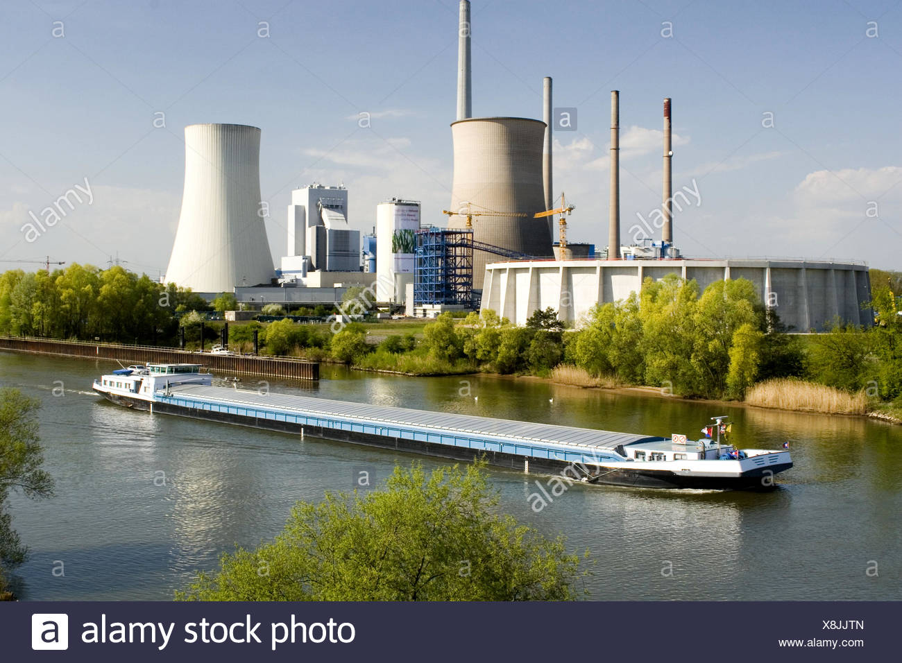 view over the Main with towboat at the Grosskrotzenburg Power Station, Germany, Hesse, Hainburg - Stock Image