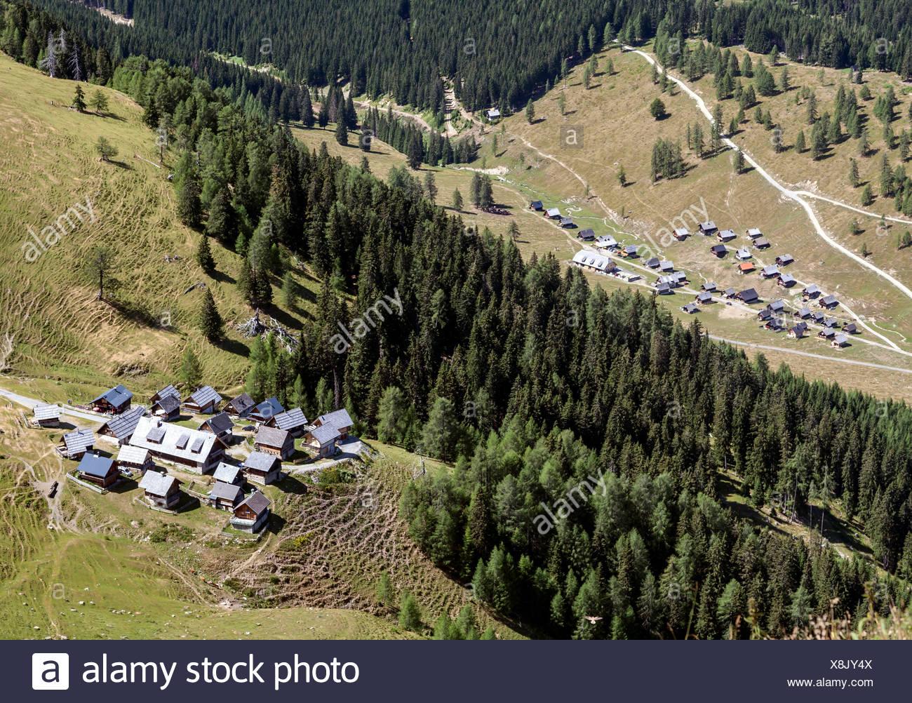 Blick vom Gipfel des Poludnig auf Poludnig-Alm und Dellacher Alm, Kärnten, Österreich - Stock Image