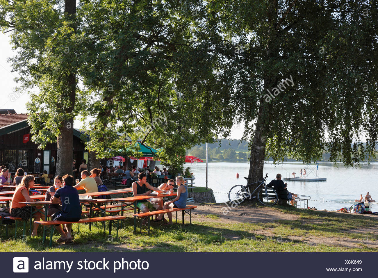 Guests in a beer garden, Strandbad Tengling, Lake Tachinger, Rupertiwinkel, Upper Bavaria, Bavaria, Germany, Europe - Stock Image