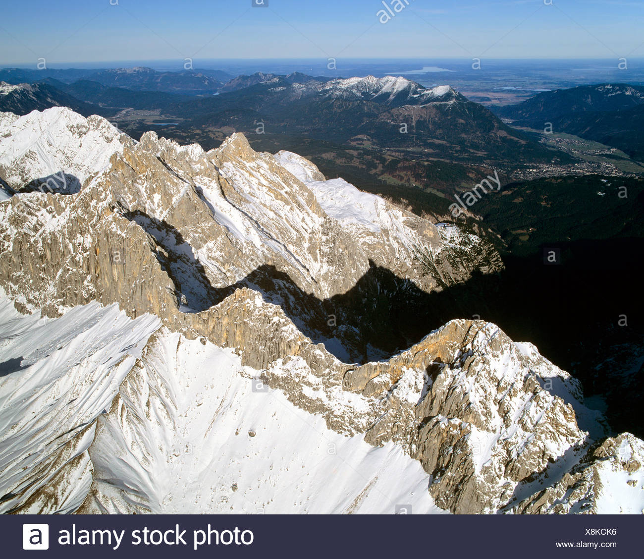 Wetterstein main ridge, left hand Oberreintalschrofen, Scharnitzspitze and Schuesselkar, left hand Loisachtal, Wettersteingebir - Stock Image