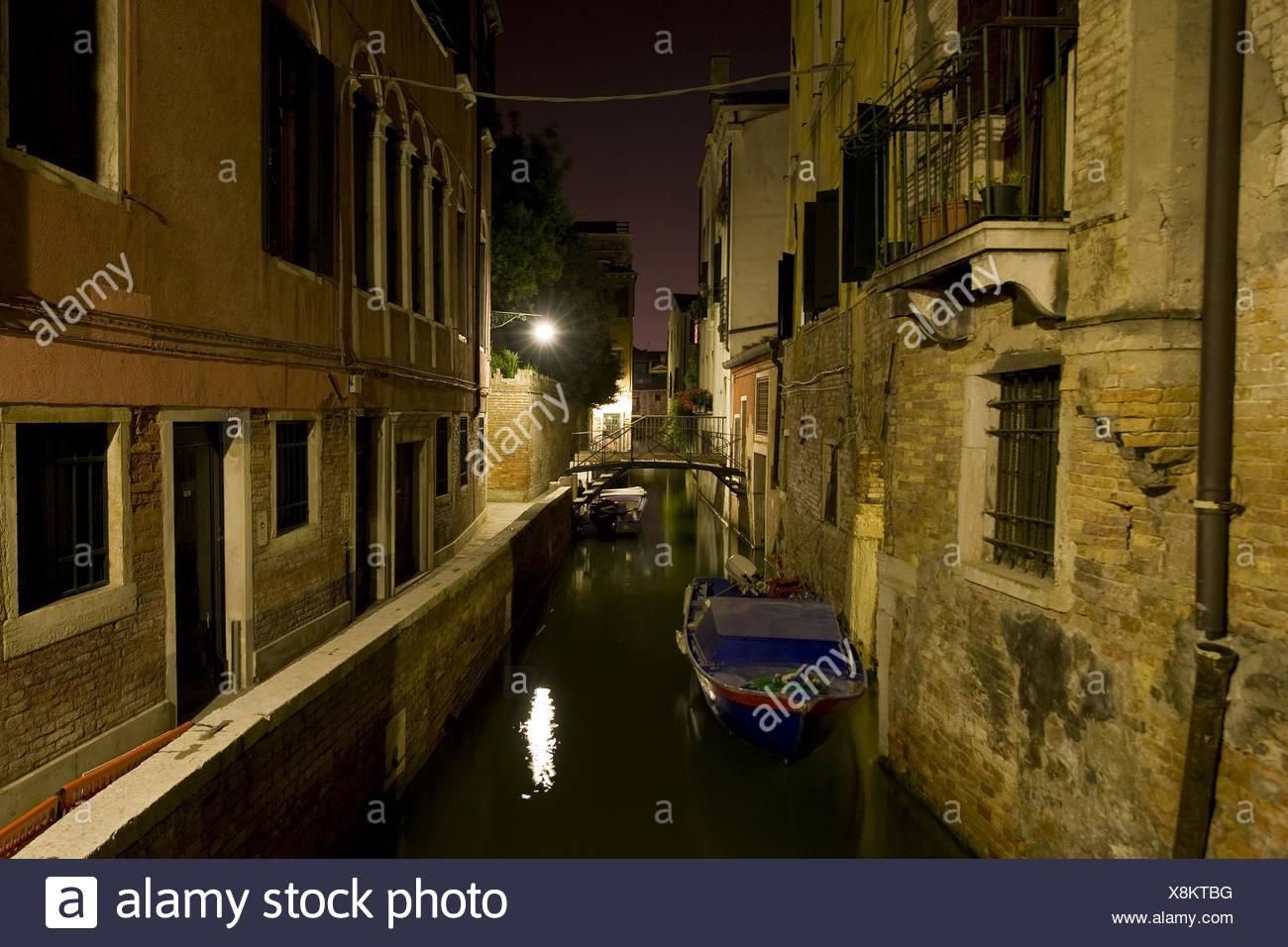 Kanal in Venedig bei Nacht - Stock Image