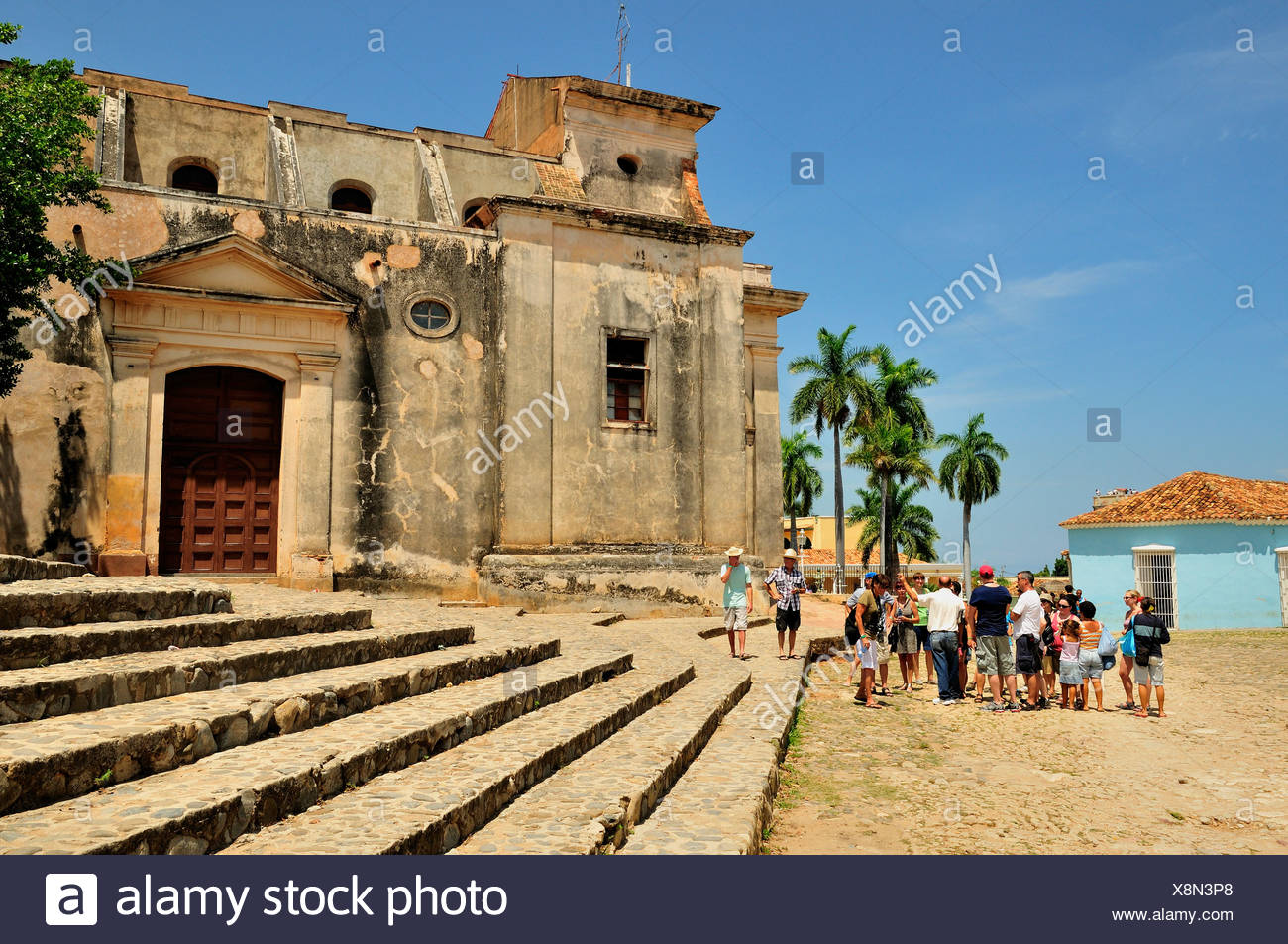 Group of tourists in front of Iglesia Parroquial de la Santísima, Church of the Holy Trinity, Trinidad, Cuba, Caribbean - Stock Image