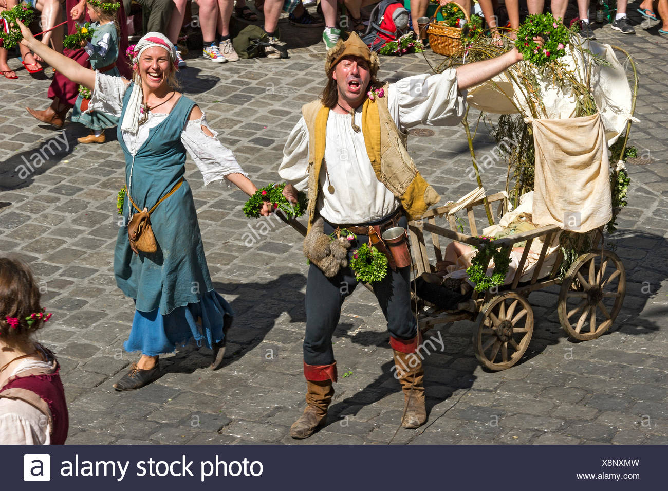 Impoverished couple pulling a baby carriage, wedding procession of the 'Landshut Wedding', historic center, Landshut - Stock Image