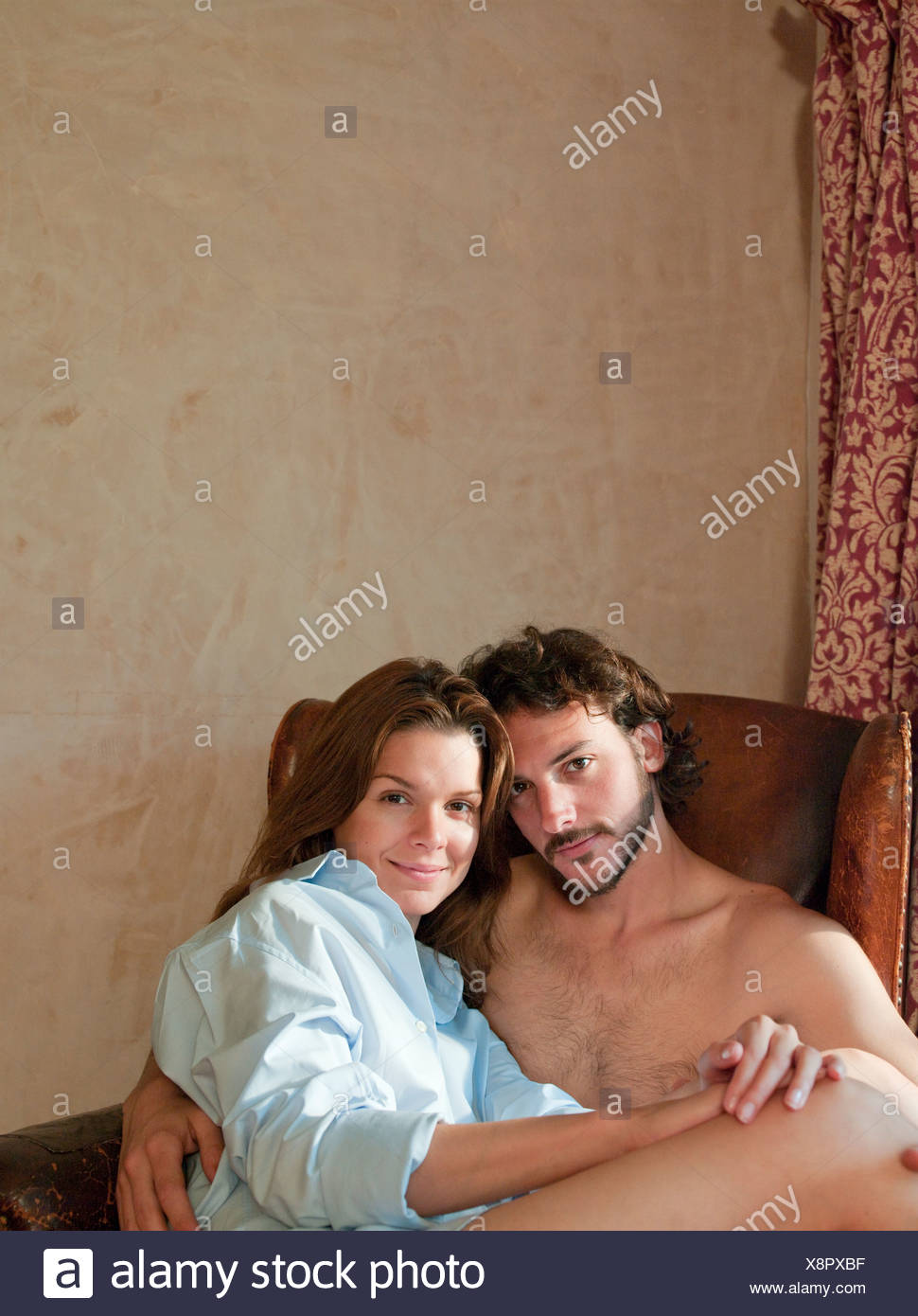 couple in old chair - Stock Image