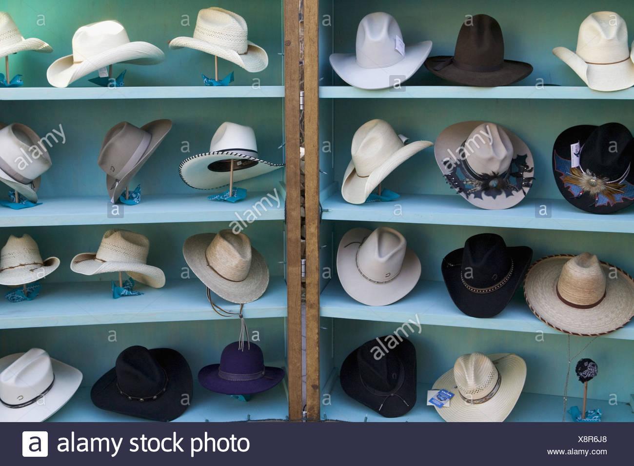 USA, New Mexico, Santa Fe,  Hutgeschäft, Verkauf, Cowboyhüte  Nordamerika, Vereinigte Staaten von Amerika, Neumexiko, Stadt, Bundeshauptstadt, Geschäft, Hüte, Kopfbedeckungen, Herrenhüte, Strohhüte, unterschiedlich, Ware, Angebot, Auswahl, still life - Stock Image