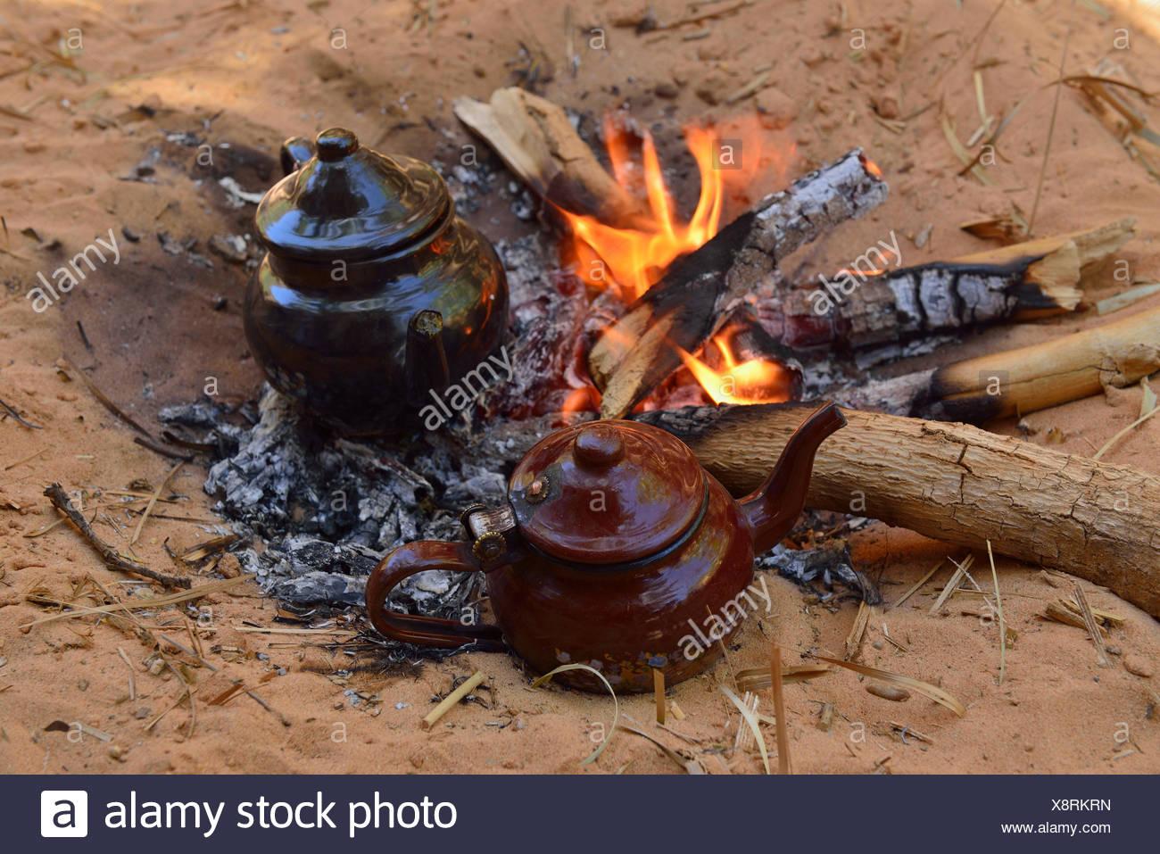 Tuareg, Touareg tea pot on a fire, Algeria, Sahara desert, North Africa - Stock Image