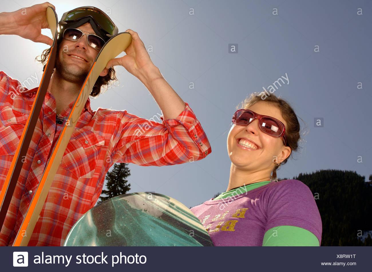 Skiing couple smiling - Stock Image