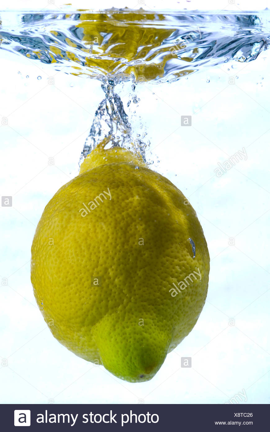 Lemon plunging into water - Stock Image