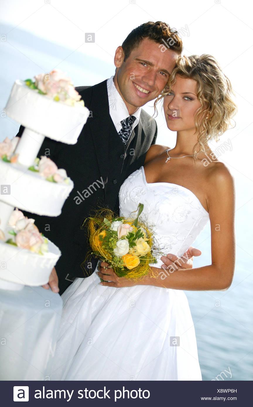 pridal couple outside, with weddingcake Stock Photo