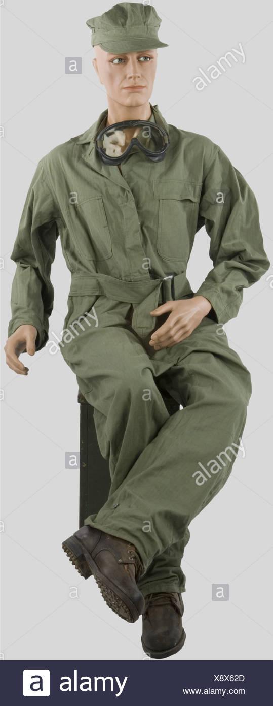 Etats Unis Deuxième Guerre Mondiale, Chef de bord de l'US Army, sur mannequin, comprenant casquette de travail en toile verte, combinaison en toile verte, lunettes de conduite, chaussures basses., , Additional-Rights-Clearances-NA - Stock Image