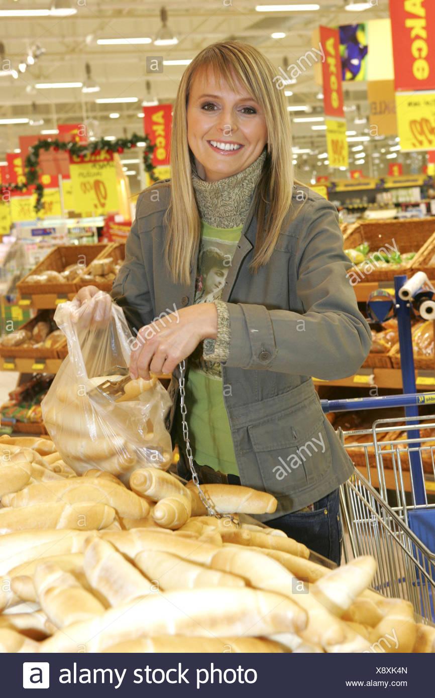 Frau, Einkaufsbummel, einkaufen, Einkauf, Shopping, shoppen, Kaufhaus, Supermarkt, Lebensmittel, Brot, Essen, Freizeit, Lifestyl - Stock Image