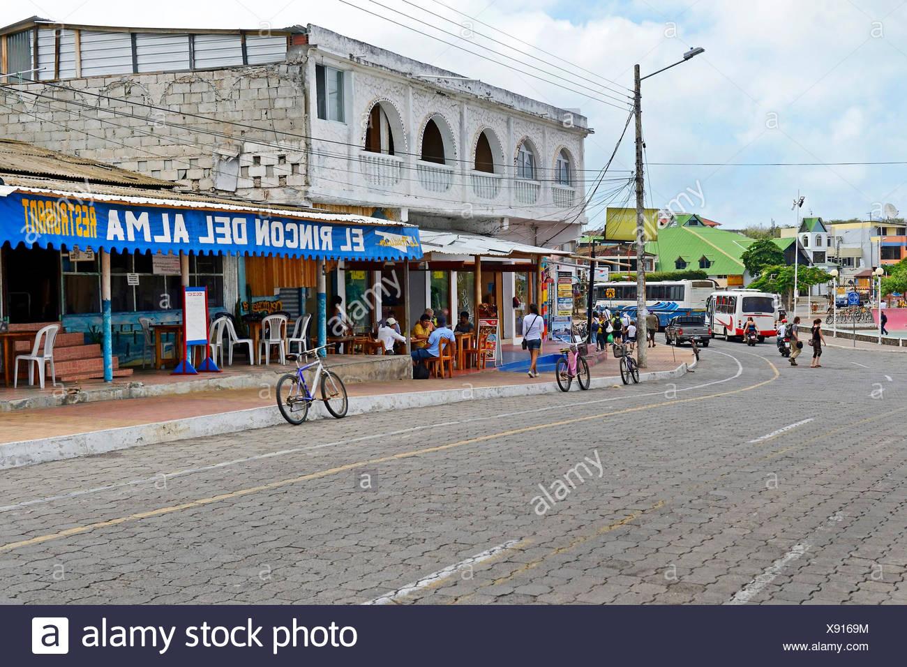 Hauptstrasse von Puerto Ayora mit Geschaeften und Restaurants, Ecuador, Galapagos-Inseln, Santa Cruz, Puerto Ayora | stores and  - Stock Image