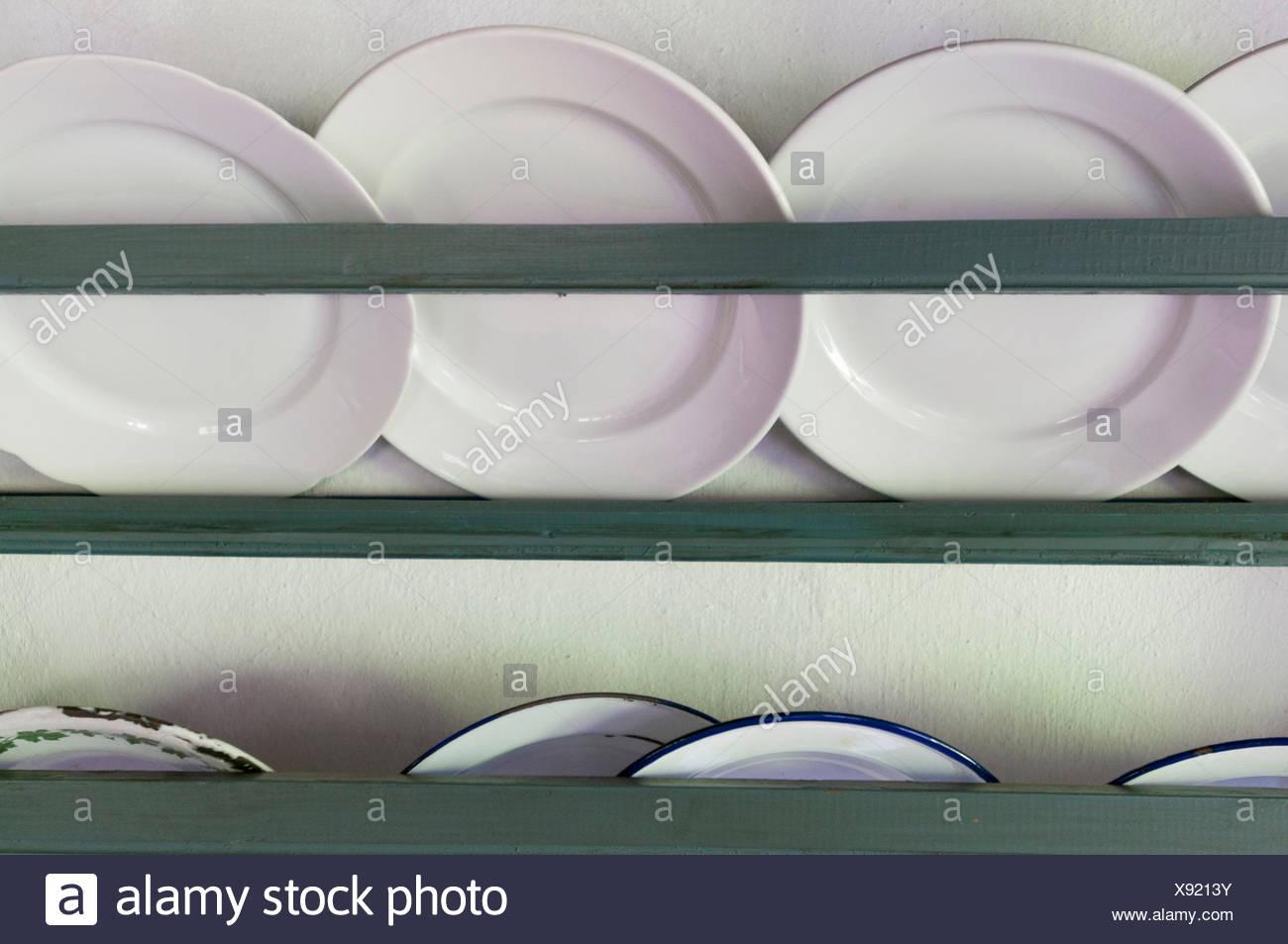 Teller in einem Regal - Stock Image