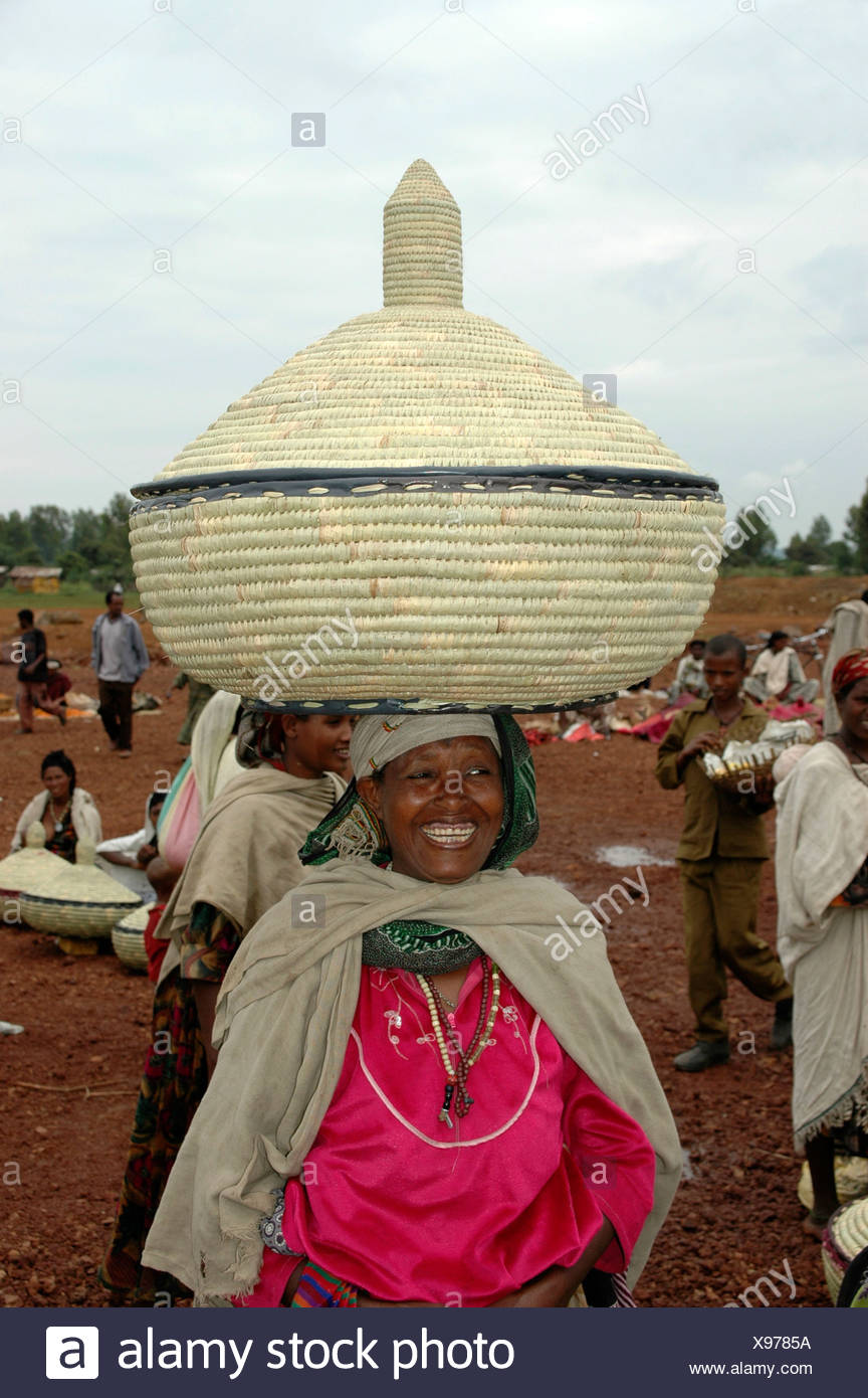 Woman carrying a large straw container on her head, Bahir Dar, Ethiopia, Africa - Stock Image