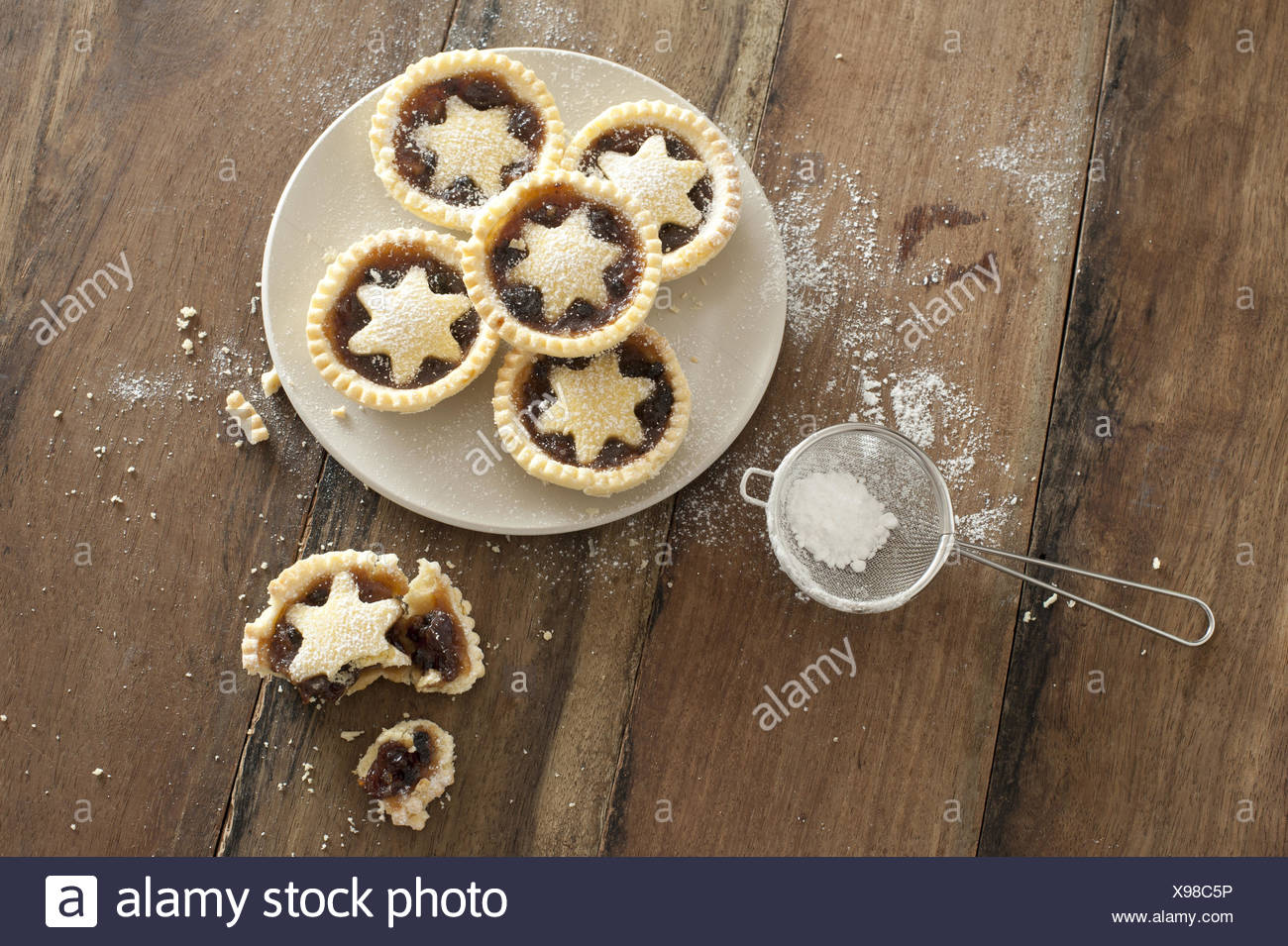 Decorative freshly baked Christmas mince pies - Stock Image