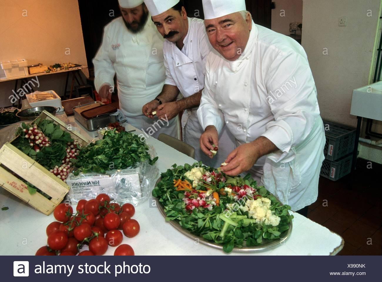 chefs cuisiniers preparant un plat avec de la mache nantaise, region de Nantes, departement de Loire-Atlantique, region Pays de la Loire, Stock Photo
