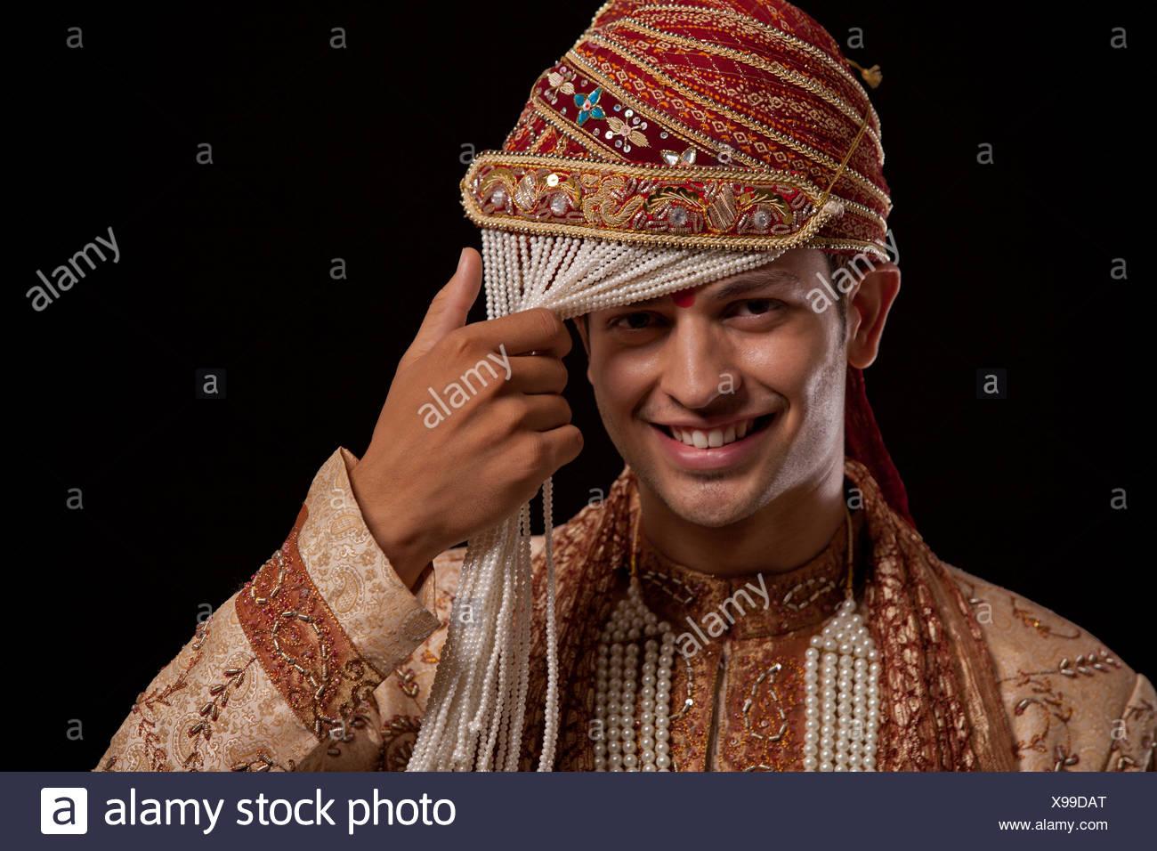 Portrait of a Gujarati groom wearing a headdress - Stock Image