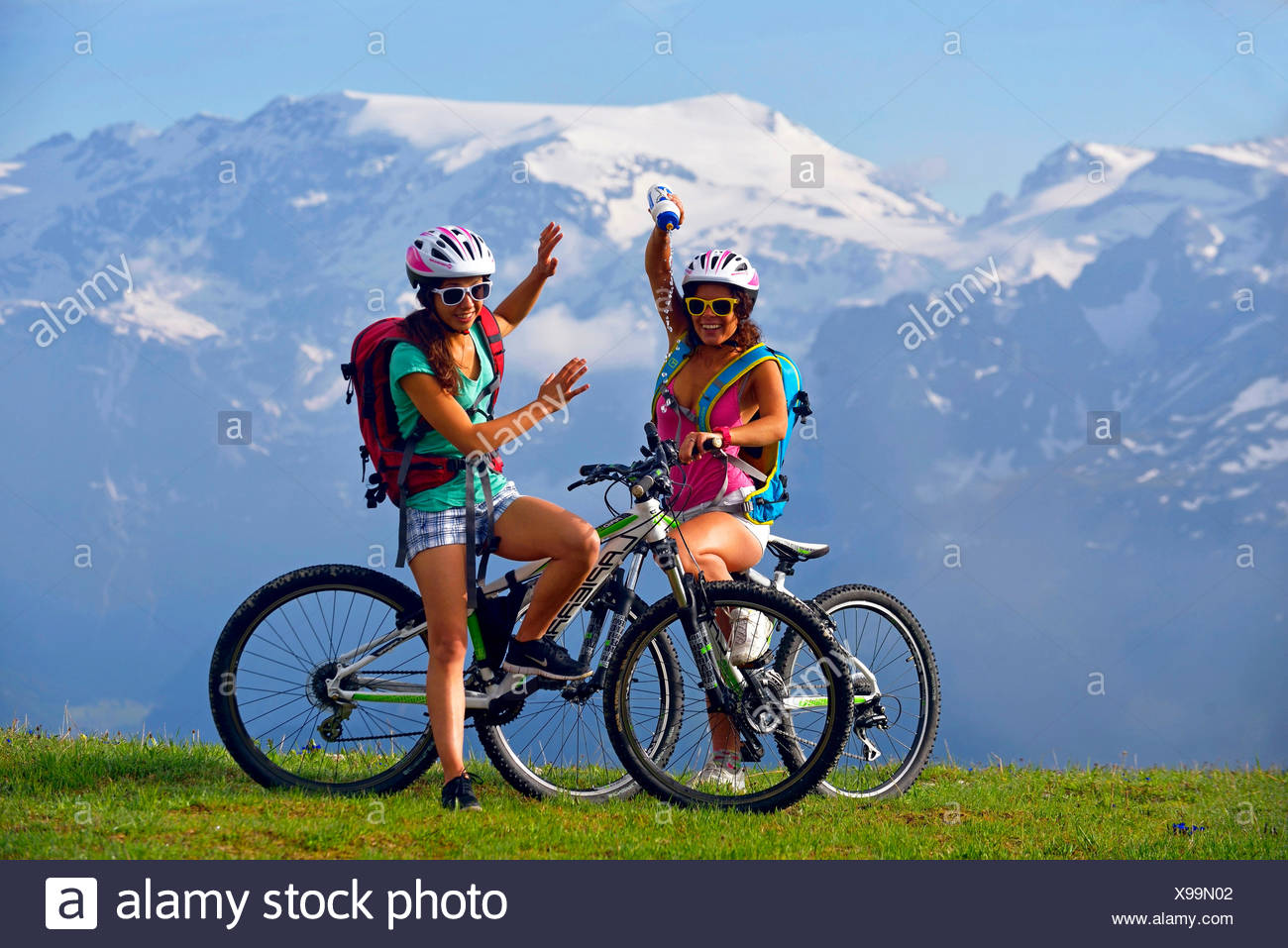 two female mountain bikers in front of mountain scenery, France, Savoie, Vanoise National Park, Champagny - Stock Image