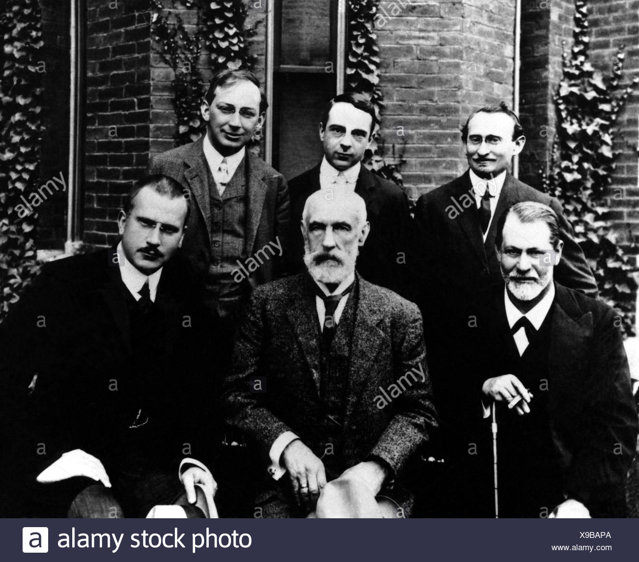 Freud, Sigmund, 6.5.1856 - 23.9.1939, Austrian physician, founder of the psychoanalytic school of psychology (centre), with Abraham A. Brill, Ernest Jones, Sandor Ferenczi, G. Stanley Hall, Carl Gustav Jung, Clark University, Worchester, Mass., USA, , Additional-Rights-Clearances-NA - Stock Image