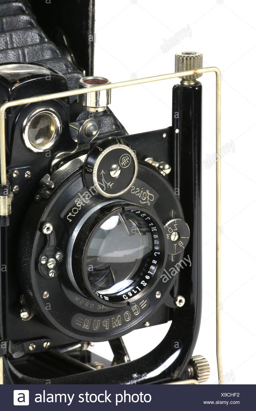Eine alte gebrauchte Plattenkamera, angeschnitten, vor weissem Hintergrund Stock Photo