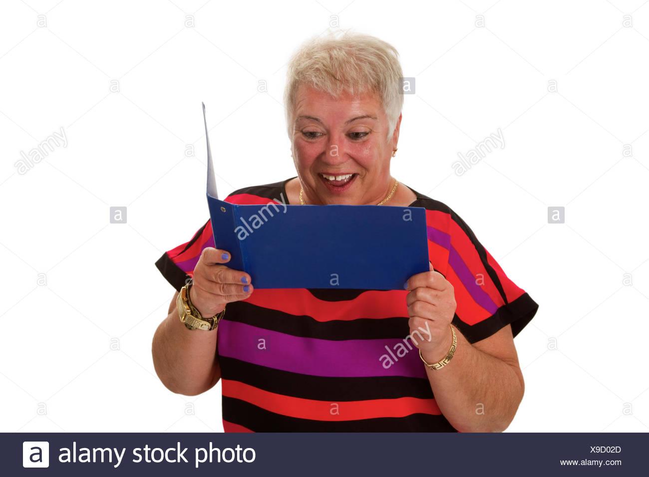 Sorgenfreie Seniorin mit Kontoauszugsmappe - freigestellt auf weissem Hintergrund - Stock Image