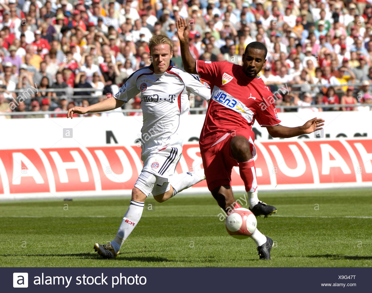 CACAU VfB Stuttgart (left) versus Christian LELL FC Bayern Muenchen, shooting 2:0 - Stock Image