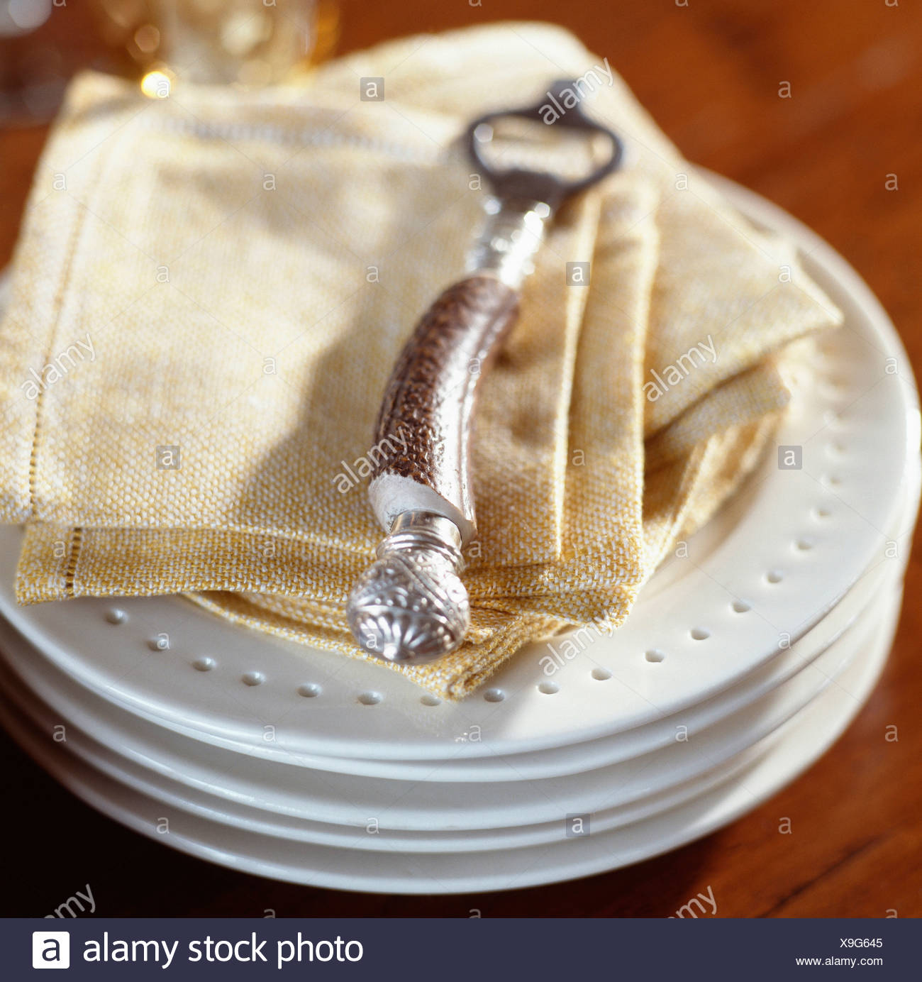 Table napkins and plates - Stock Image