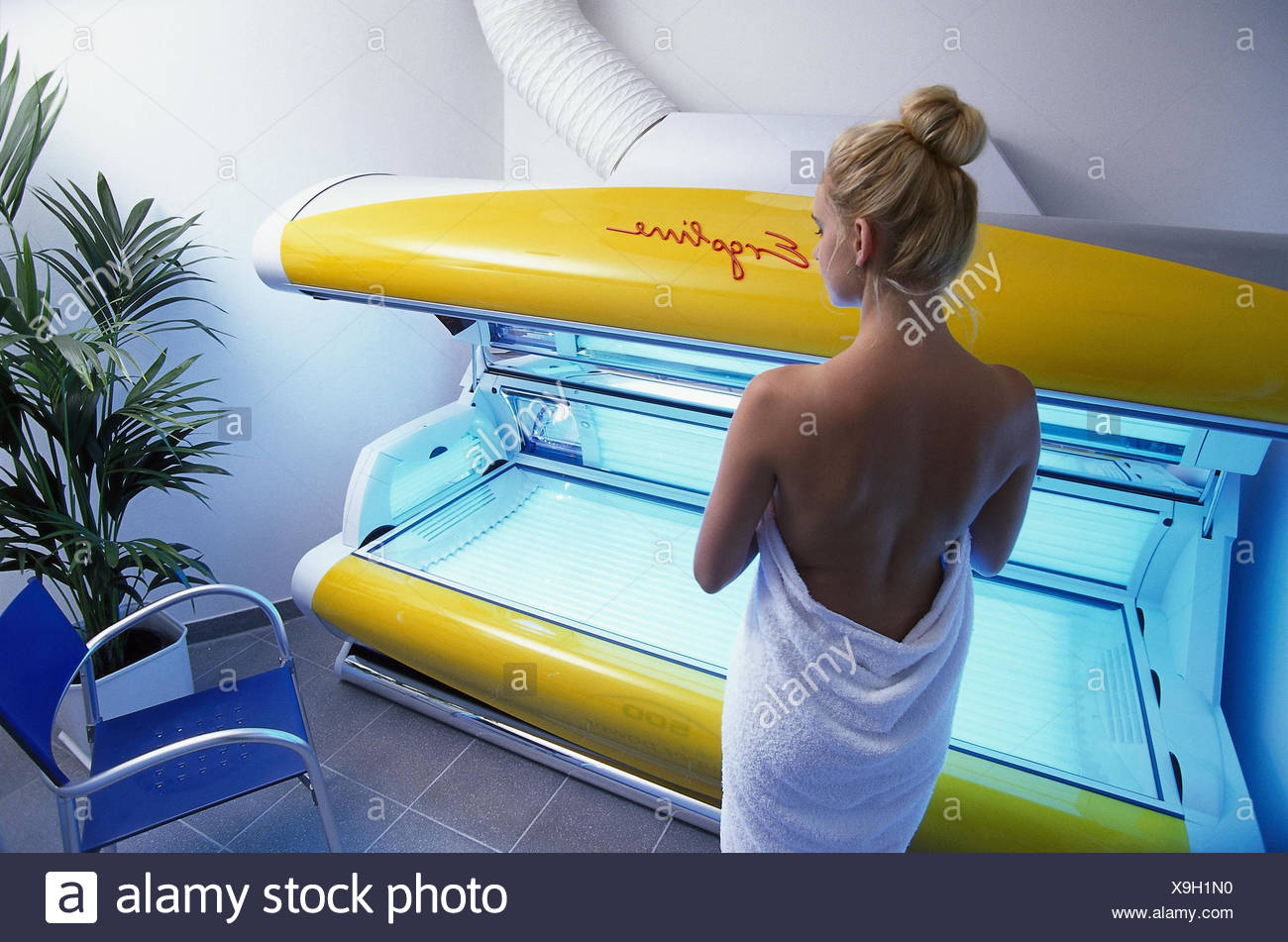 Solarium, woman, young, back view inside, whole body irradiation, solar studio, Bräunungsliege, UVA, UVB, ultraviolet, cosmetics, UV irradiation, irradiation, get brown, beauty, vanity - Stock Image