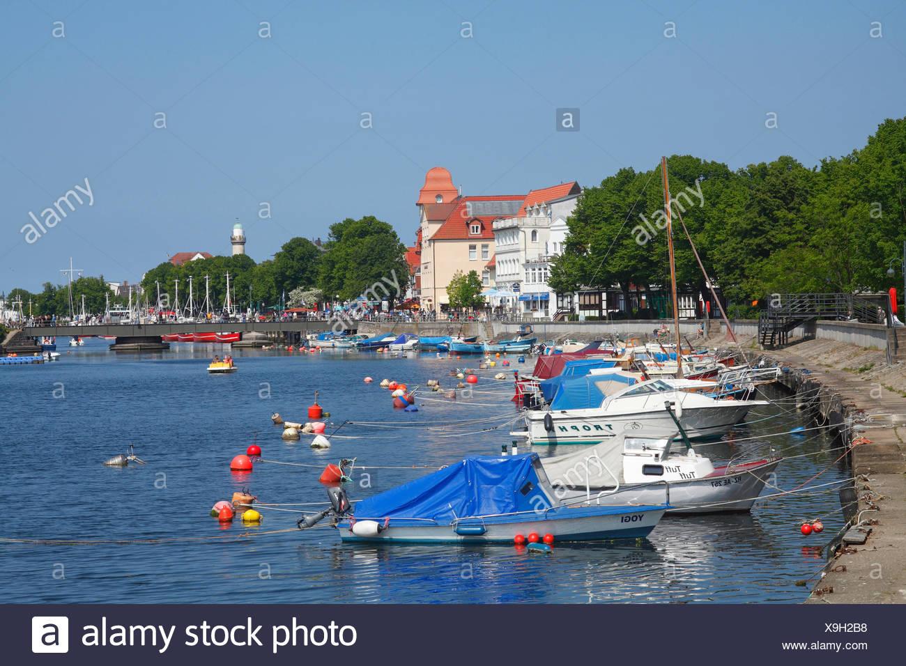 Deutschland, Mecklenburg-Vorpommern, Rostock-Warnemünde, Alter Strom mit Häusern und Booten, Stock Photo