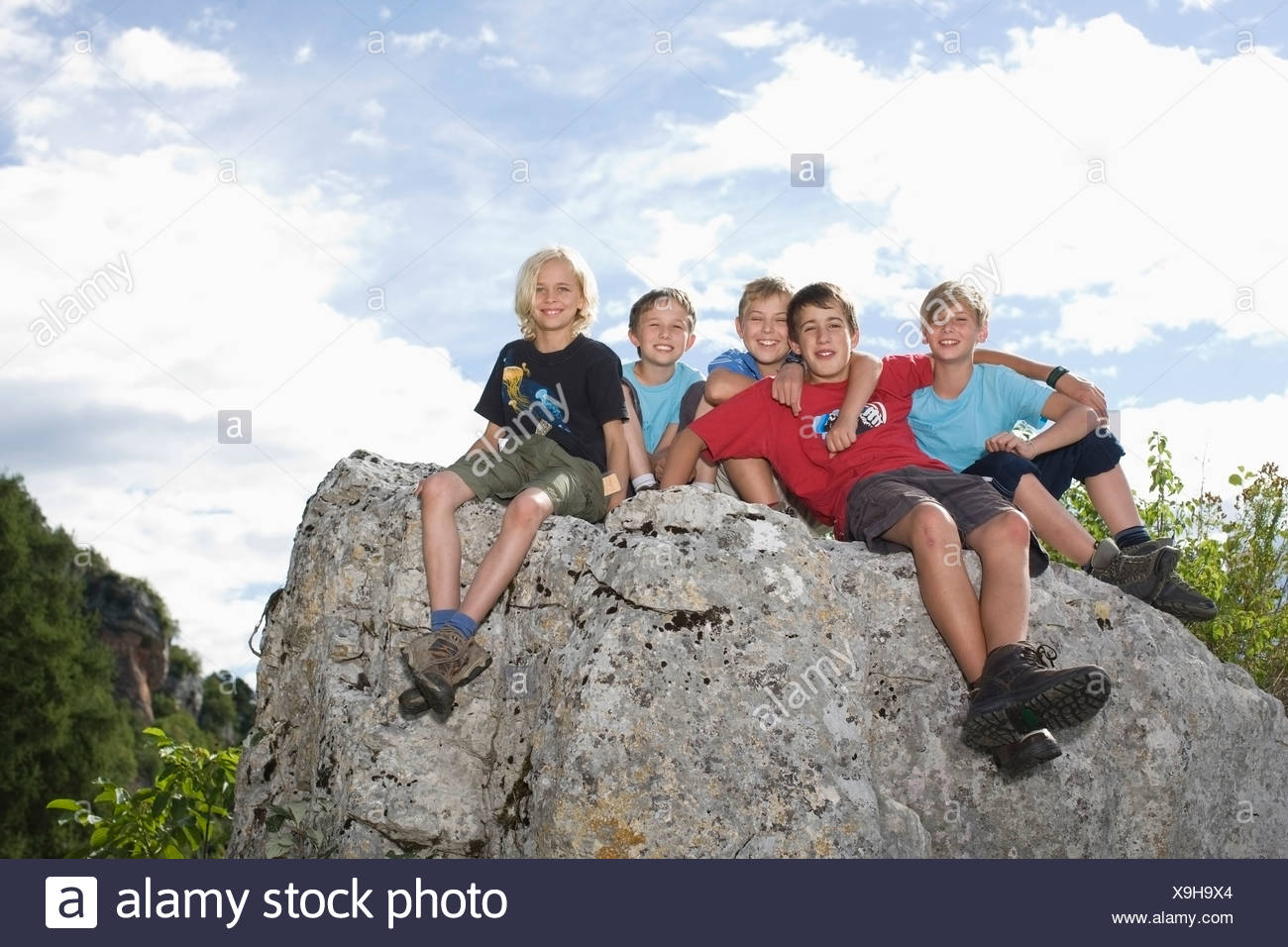Group of children on top of mountain - Stock Image