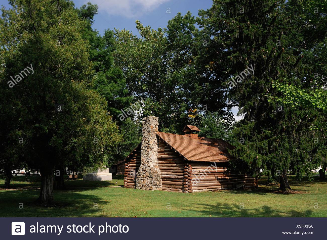 Cabin log house The Gnadenhutten Massacre Site Gnadenhutten Ohio USA America United States of America tree - Stock Image