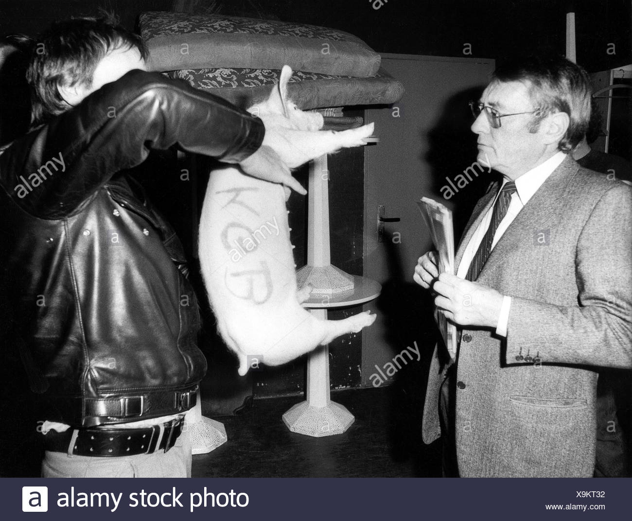 Augstein, Rudolf, 5.11.1923 - 7.11.2002, German journalist, editor of 'Der Spiegel', presentation, 'Speeches about the own country - Germany', with pig 'KGB Rudi' smuggled into his wardrobe, Munich, 4.11.1984, , Additional-Rights-Clearances-NA - Stock Image