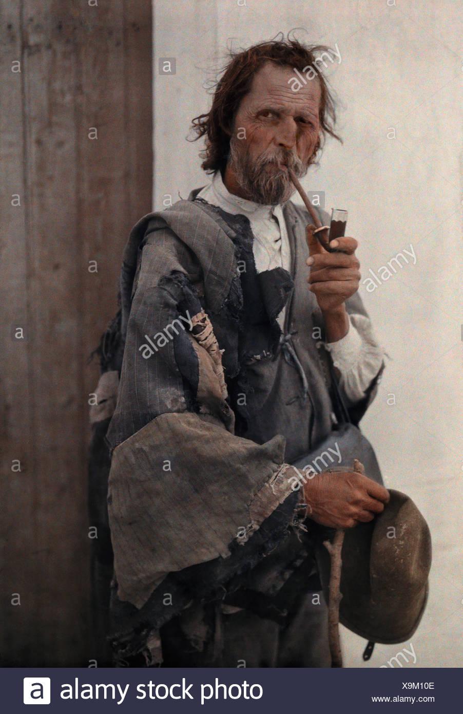 Télécharger cette image : Gypsy fumant une pipe - D88GCA depuis la bibliothèque dAlamy parmi des millions de photos, illustrations et vecteurs en haute.