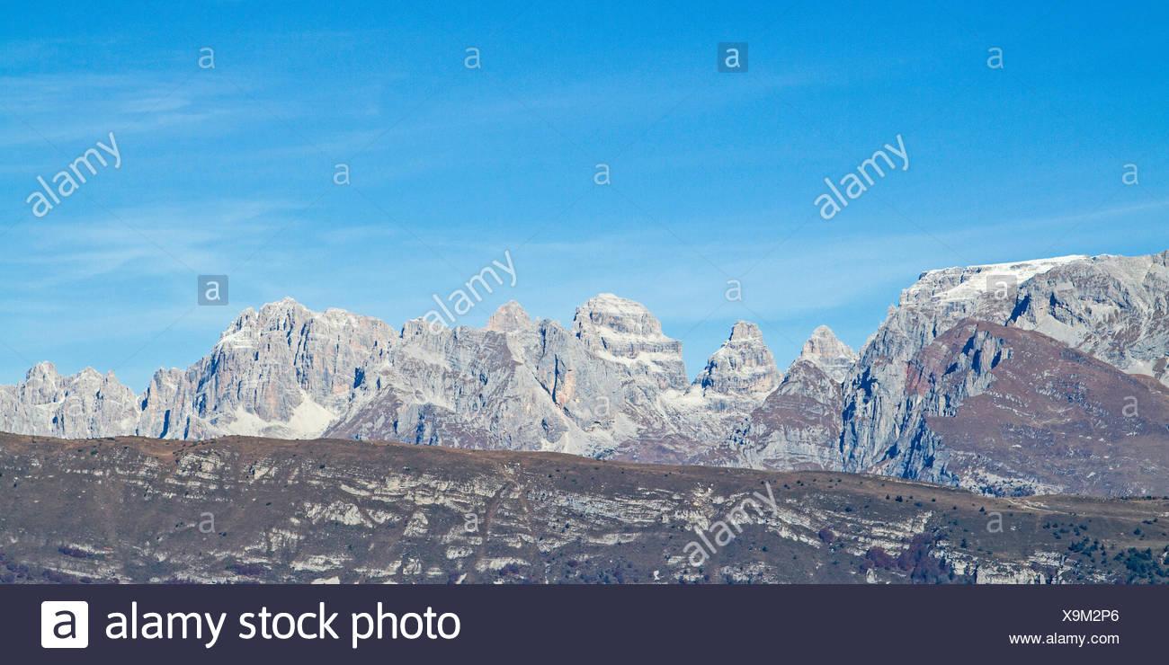 Bei der Auffahrt zum Monte Bondone kann man herrliche Ausblicke auf die Brentagruppe geniessen - Stock Image
