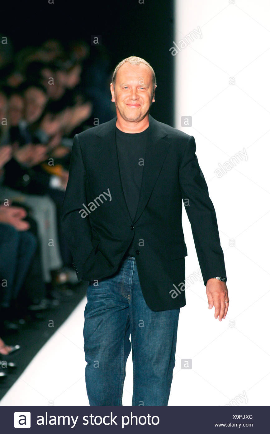 Michael Kors New York Ready To Wear Autumn Winter Fashion Designer Michael Kors Wearing Black T Shirt And Blazer Blue Jeans Stock Photo Alamy