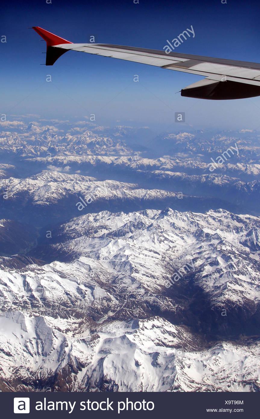 Blick aus dem Flugzeugfenster beim Flug über die österreichischen ...