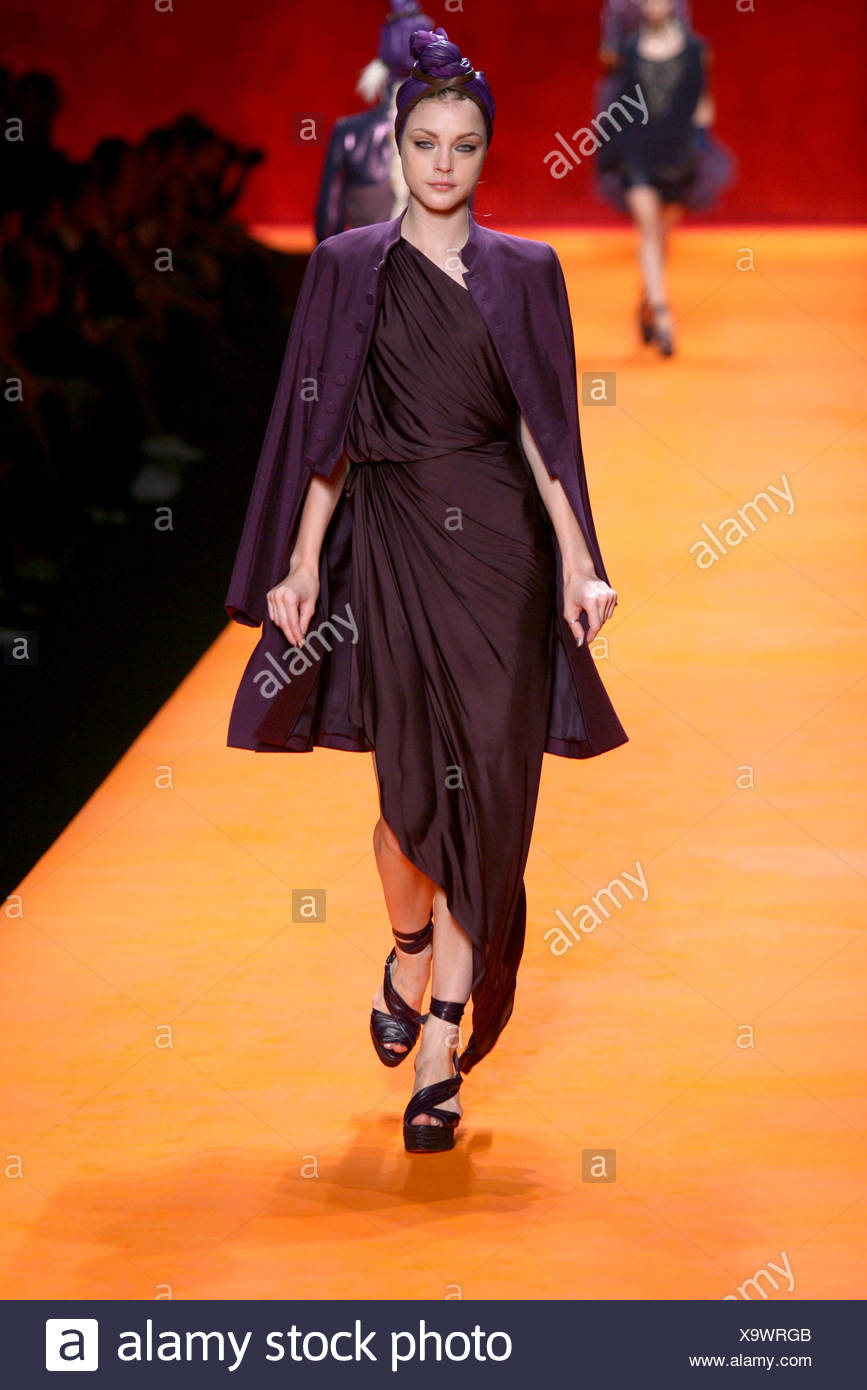 Hermes Paris Ready to Wear Spring Summer American model Jessica Stam wearing all purple turban, Grecian drape dress, coat and - Stock Image