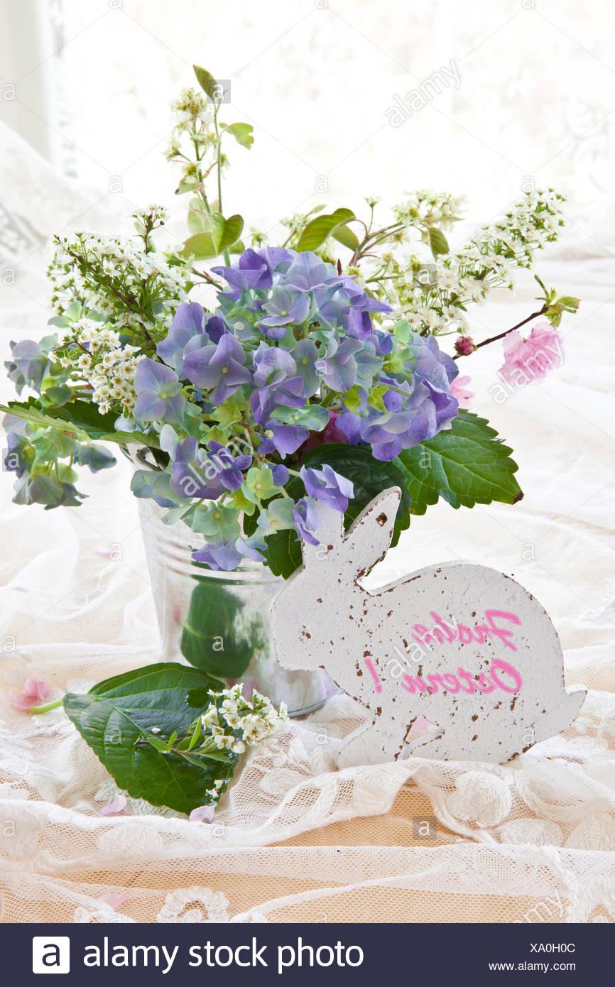 Bunter Blumenstrauss Mit Hortensien In Vintage Zinkeimerchen Stock