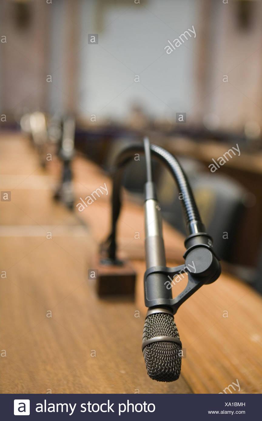 Sitzungssaal, Tisch, Mikrofone,  Unschärfe,   USA, Kentucky, Frankfort, Parlament, Parlamentsgebäude, Saal, Sitzplätze, Sitzung, Besprechung, Ton, Aukustik, Verstärkung, Konzept, sprechen, Vortrag, laut, Sachaufnahme, menschenleer, - Stock Image