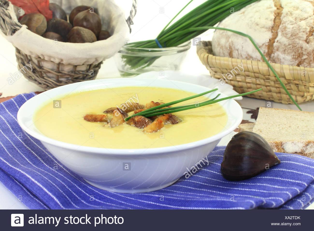 eine Schale Maronensuppe mit gerösteten Maronen und Schnittlauch - Stock Image