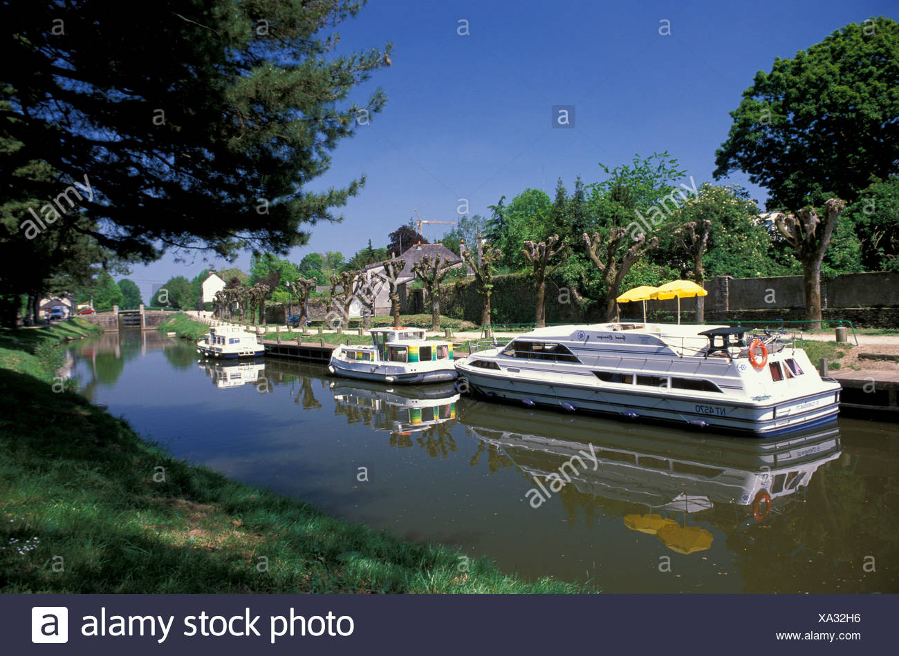 Canal, House boat, Brittany, Summer, France, Europe, boat, holiday - Stock Image