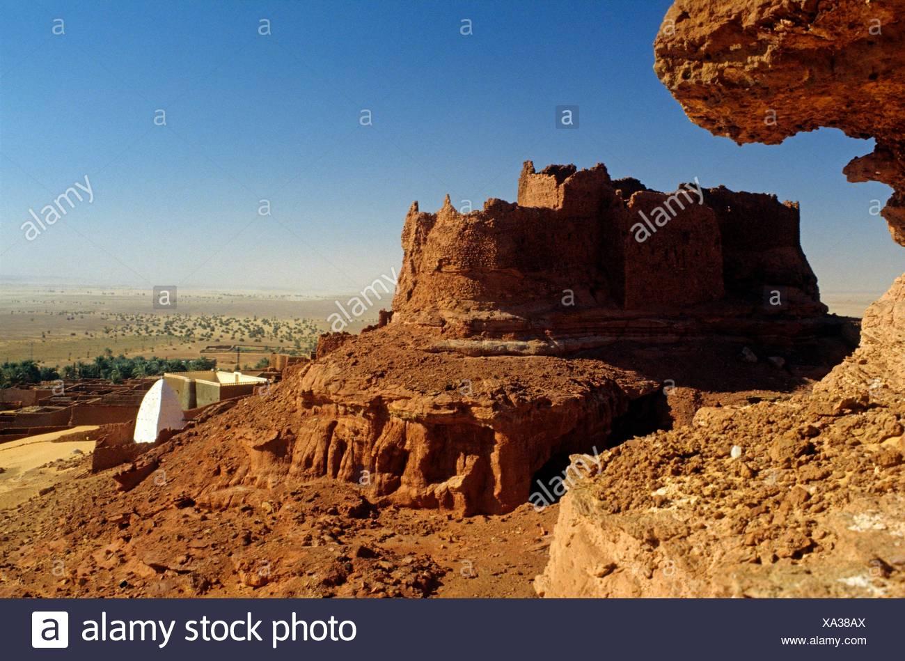 ruins of a ´´Ksar´´ overlooking the immense Tademait plateau, Timimoun, region of Gourara, Sahara, Algeria, Africa. - Stock Image